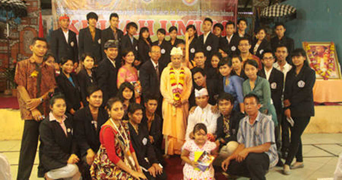 Subhag-Swami-with-University-Students